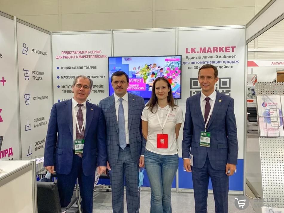 Анна Шафигуллина, сооснователь компании СеллерМАРКЕТ, с правительственной делегацией на стенде СеллерМАРКЕТ, 23 сентября 2021, Международный форум Kazan Digital Week